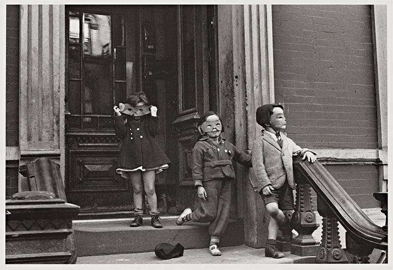 Helen Levitt (U.S.A., 1913–2009), New York, c. 1940. Gelatin silver print. © Helen Levitt Film Documents LLC. All rights reserved. The Capital Group Foundation Photography Collection at Stanford University, 2019.45.12