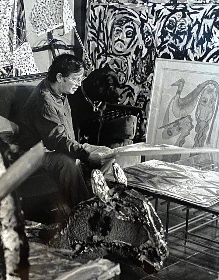William Arnett in his living room (1992) (photo by Bard Wrisley)